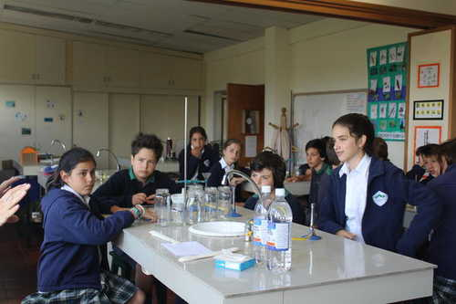 Grade 6 en el laboratorio de Senior